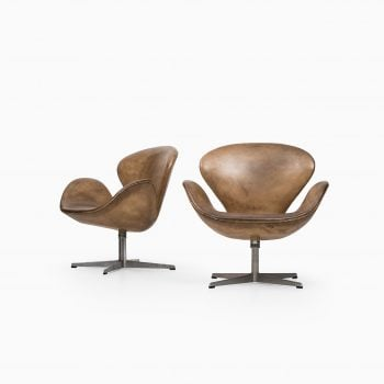 Arne Jacobsen Swan easy chairs by Fritz Hansen at Studio Schalling