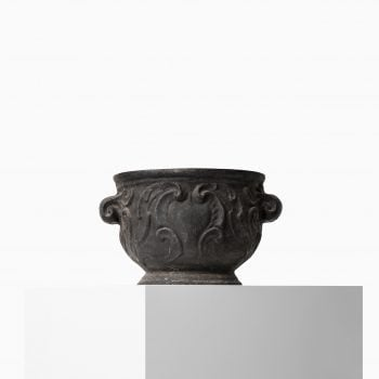 Cast iron urn Barockurnan by Näfveqvarns bruk at Studio Schalling