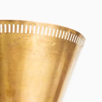 Floor lamp in brass and white lacquered metal at Studio Schalling