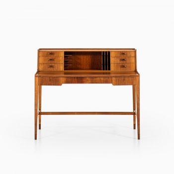 Freestanding desk in walnut at Studio Schalling