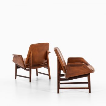 Illum Wikkelsø easy chairs model 451 in rosewood and brown leather at Studio Schalling