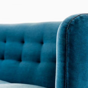 Curved sofa in blue velvet fabric at Studio Schalling