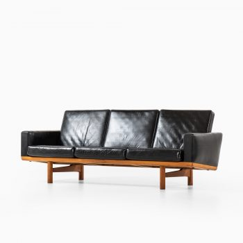 Hans Wegner sofa model GE-236 at Studio Schalling