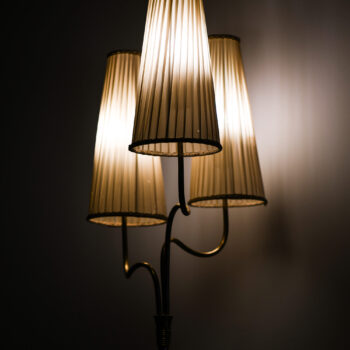Floor lamp in brass produced by Itsu at Studio Schalling